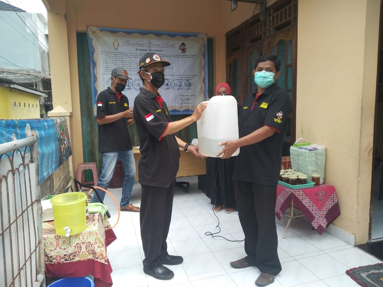 FKPT Serahkan Disinfektan Pada 7 RW di Kampung Suryowijayan
